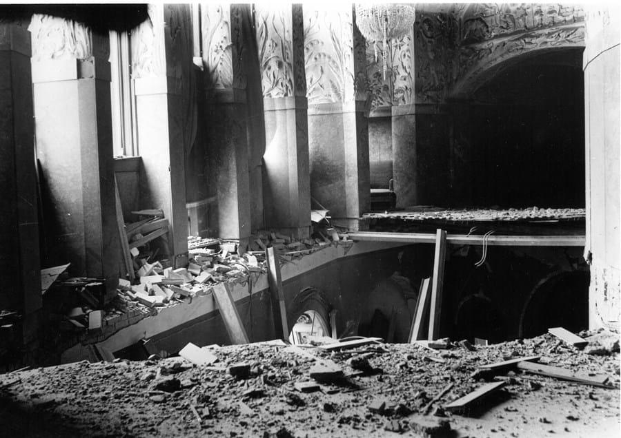 Billedet viser hullet i gulvet på 1. sal, i buegangen (promenadefoyeren), hvorfra også direktørens buste fald to etager ned.