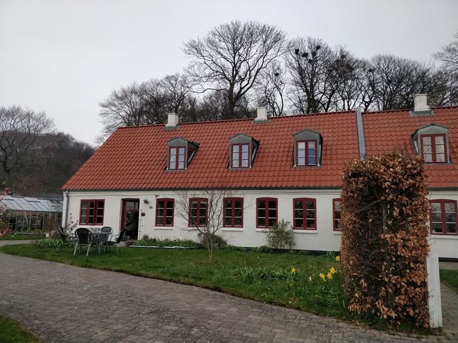 Billede af den hvide gård i Lystrup