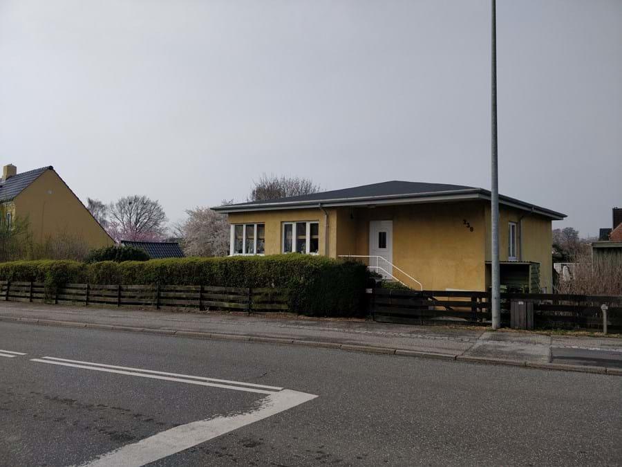 Billede af den gule bungalow