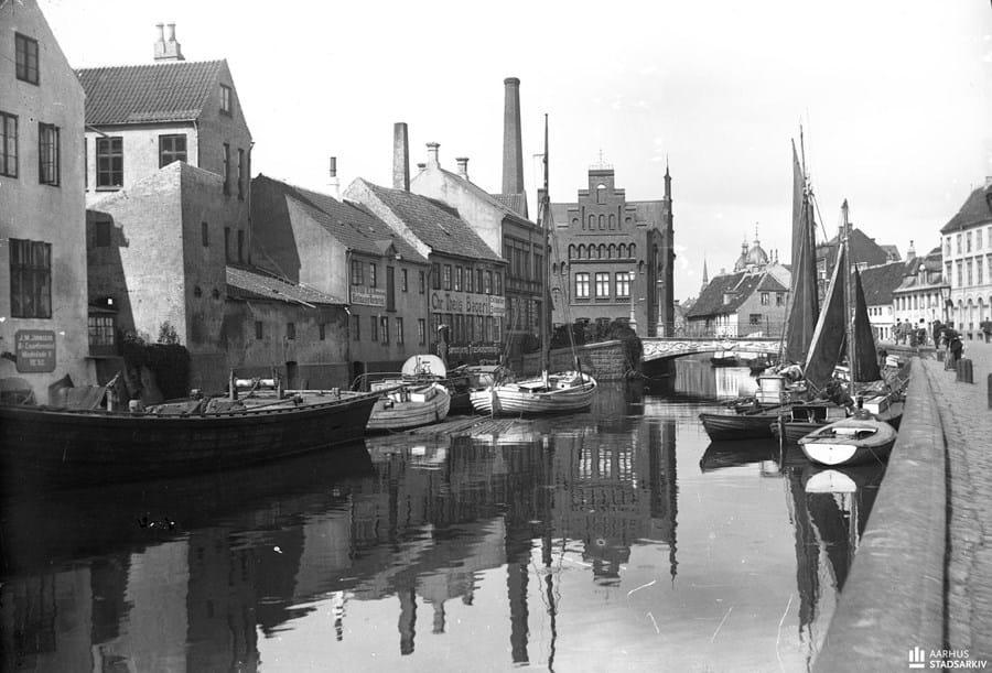 Billedet viser Åløbet foran Mindebroen. Hammerschmidt Foto, ca. 1912, Aarhus Stadsarkiv.