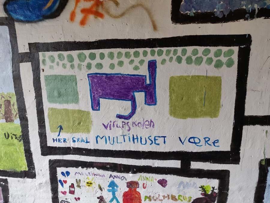 Billede malet af børn. Motivet er det nye multihus