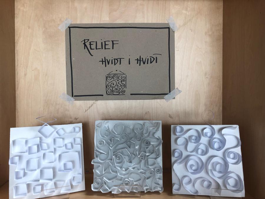 Relief i hvidt papir
