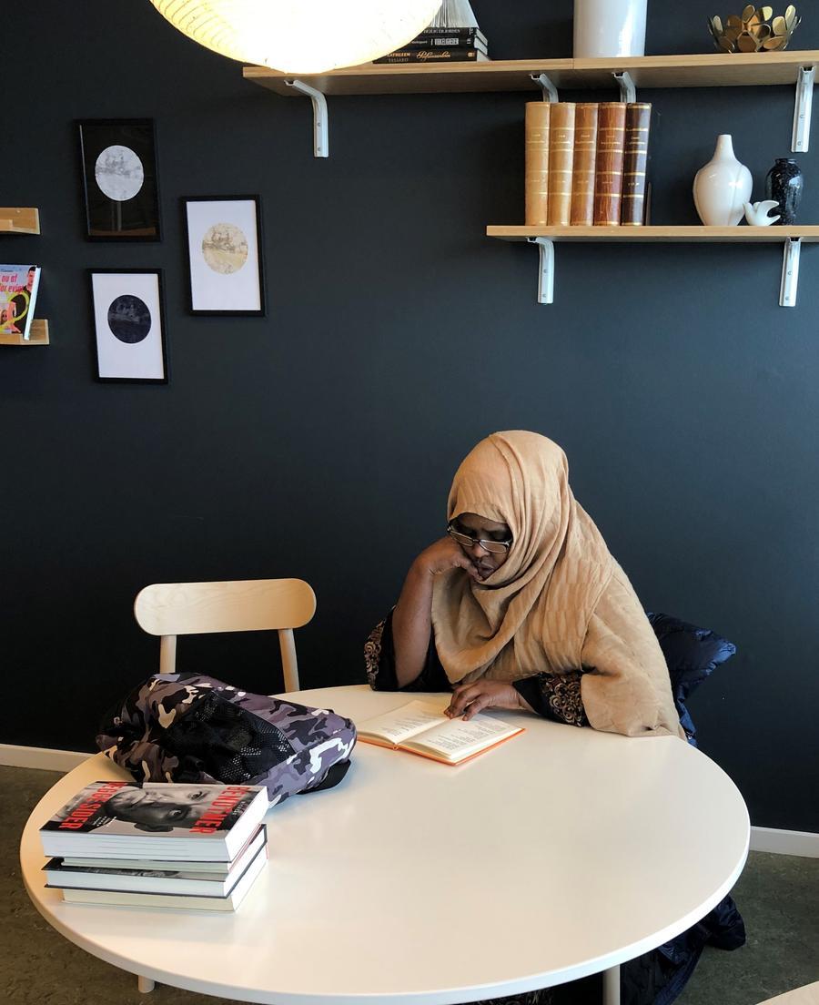 Billede af kvinde, der læser