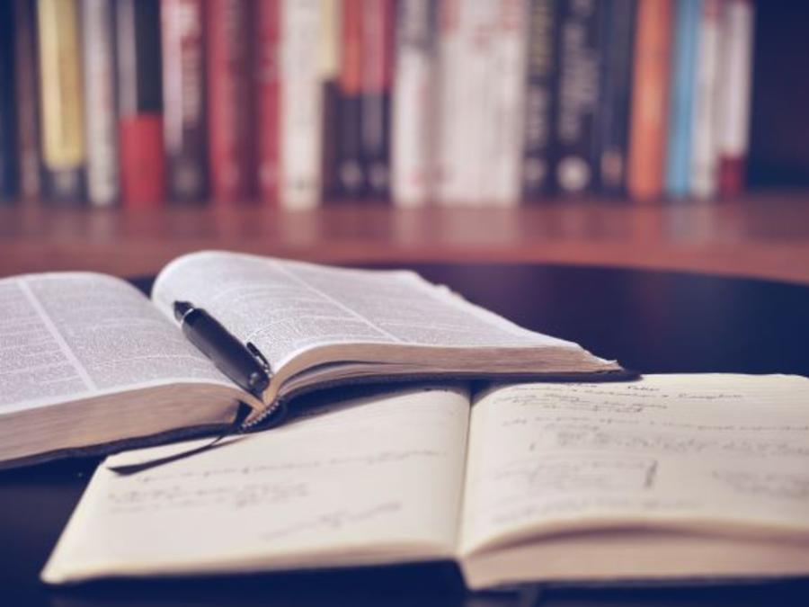 Bøger ligger på et bord