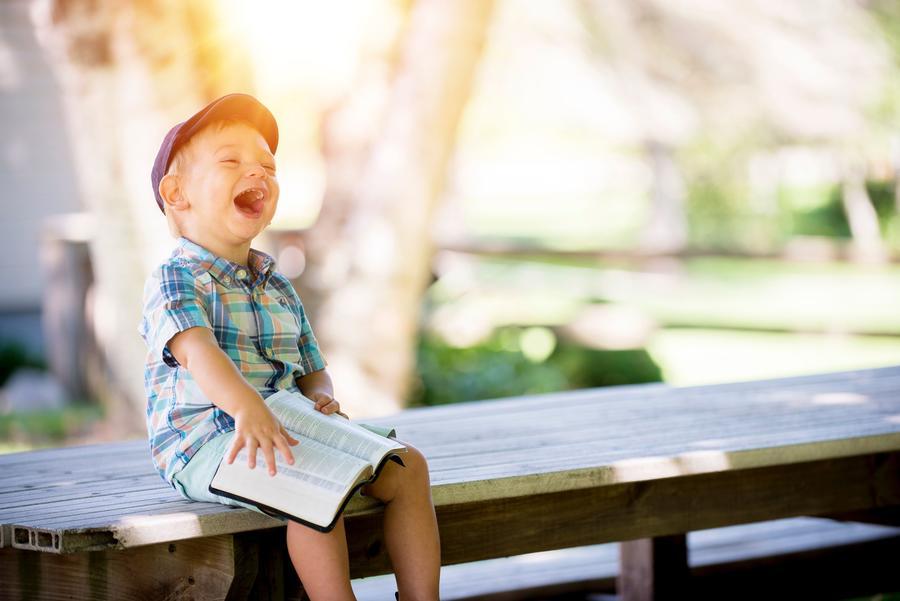Billede af en grinende lille dreng