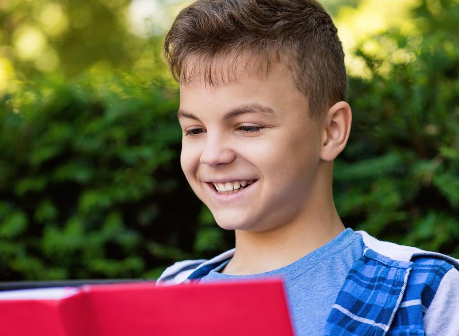 Barn læser i en bog