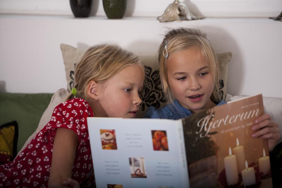 To piger læser i en bog