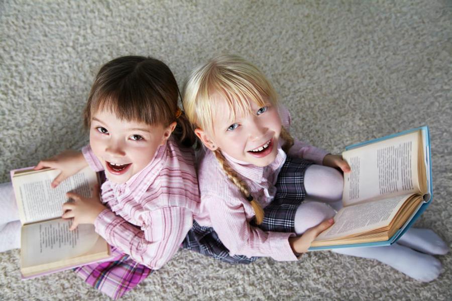 To børn der læser bøger