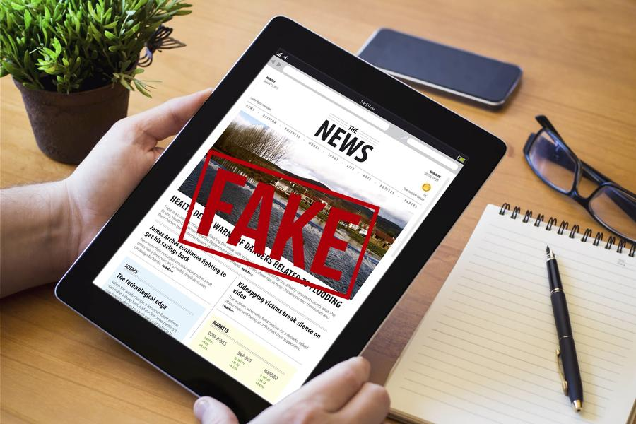 Billede af iPad med teksten Fake News