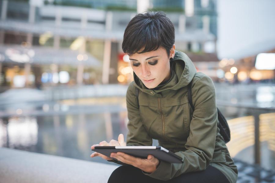 Dame der læser på en tablet