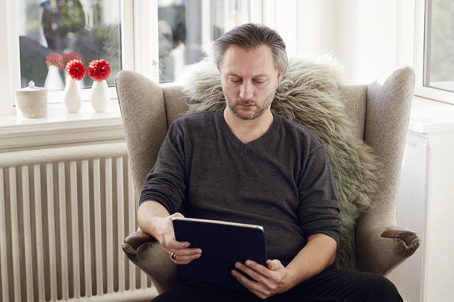 Mand der læser en ebog