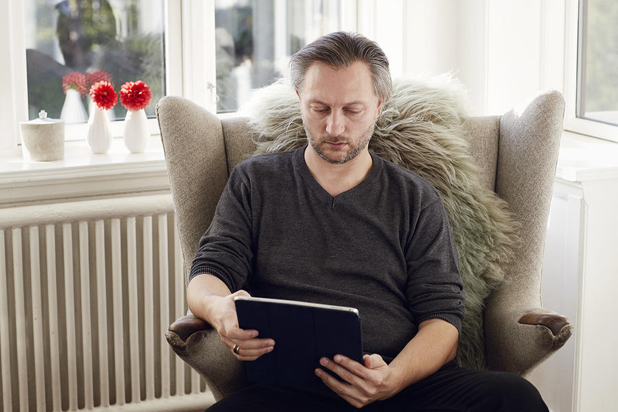 Mand læser en ebog
