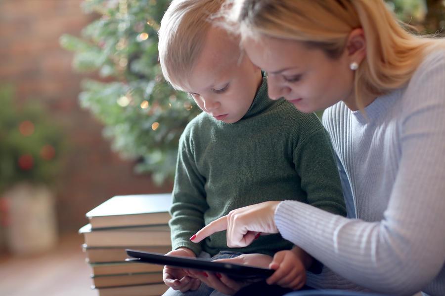 Mor og barn ser på en ebog på en tablet