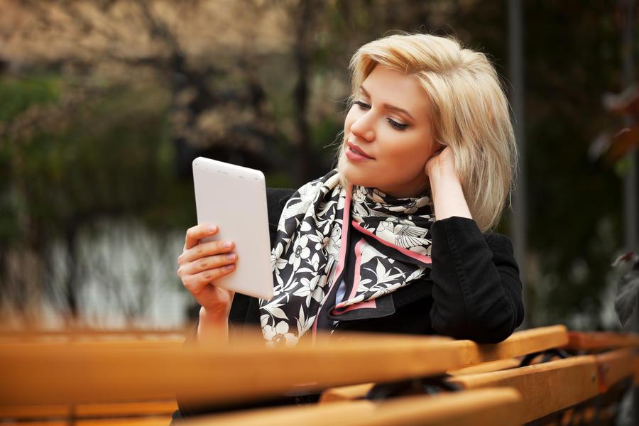 Kvinde læser en ebog
