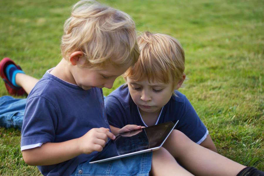 To små børn kigger på en ebog