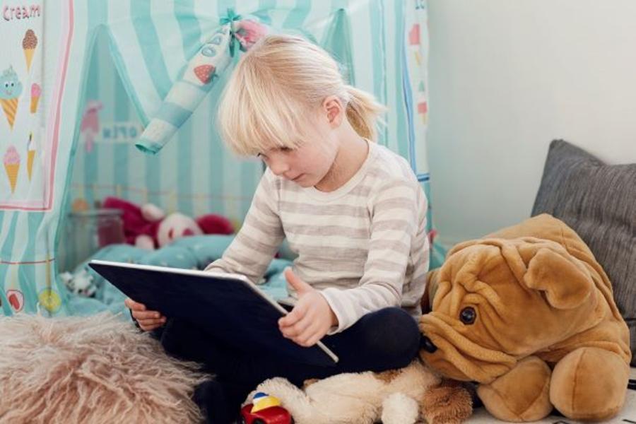 Pige læser på en tablet