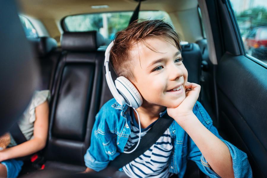 Dreng der lytter til lydbog