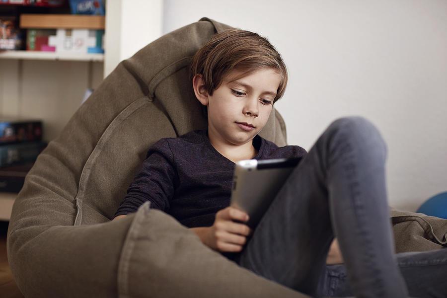 Dreng der læser en ebog