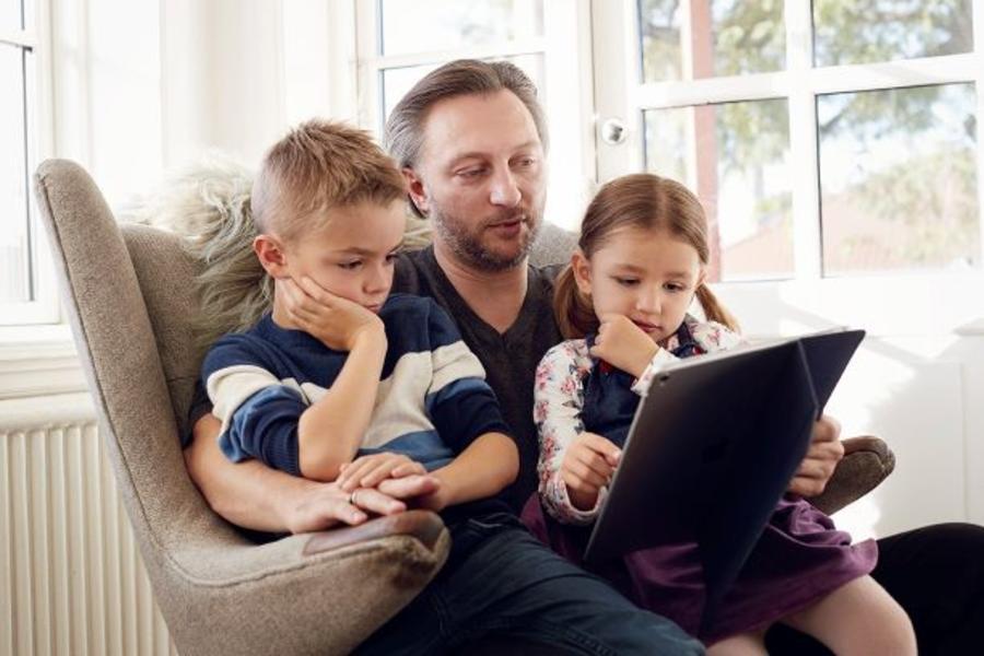 Mand læser højt for 2 børn