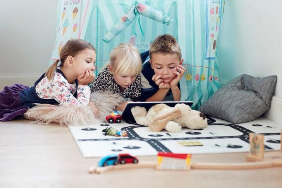 Tre børn lytter til lydbog