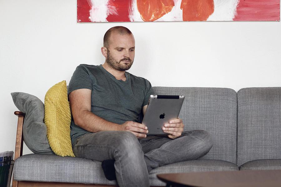 Mand læser på en tablet