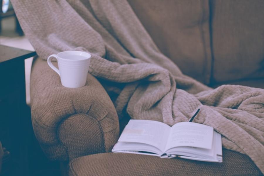 En bog på en sofa