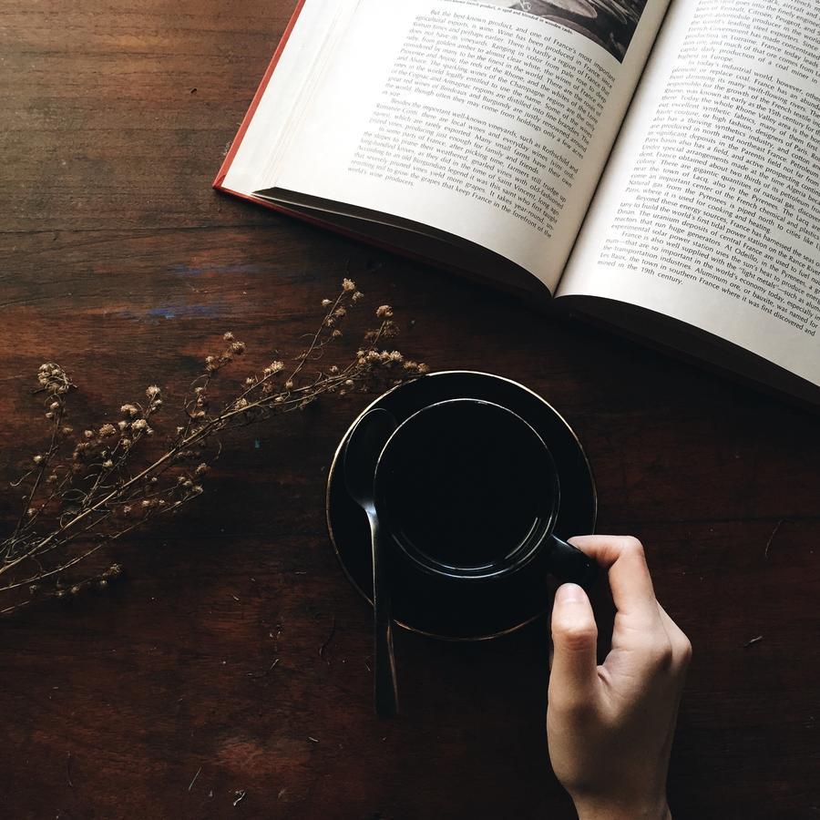 Bog på et bord