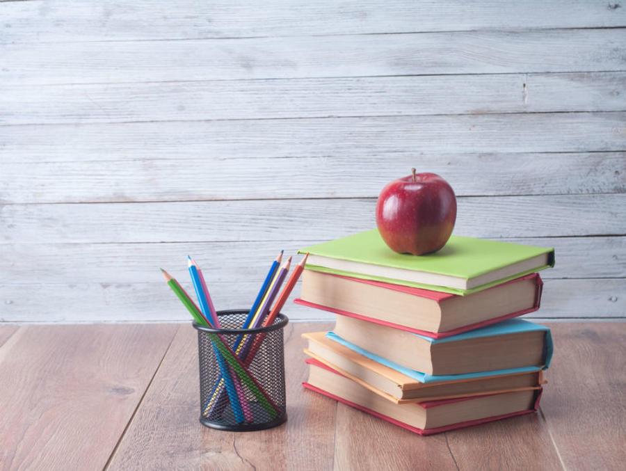 En stak bøger på et bord