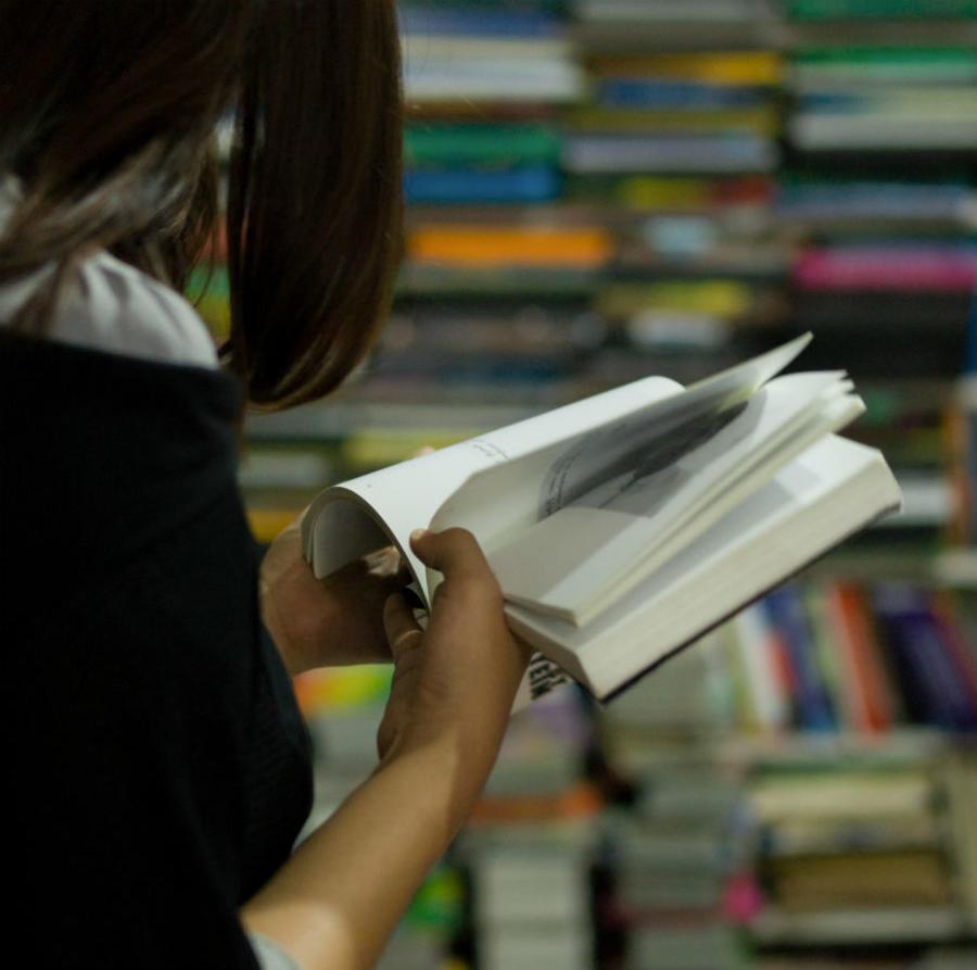 Kvinde der læser i en bog