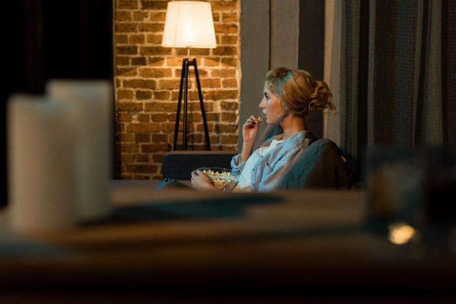 Kvinde ser film