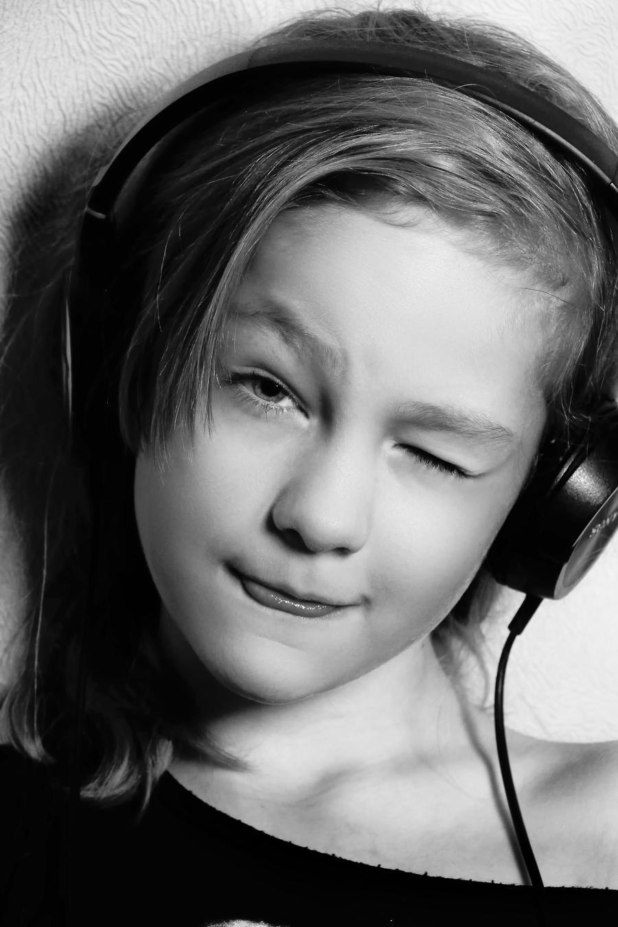 Pige med hovedtelefon