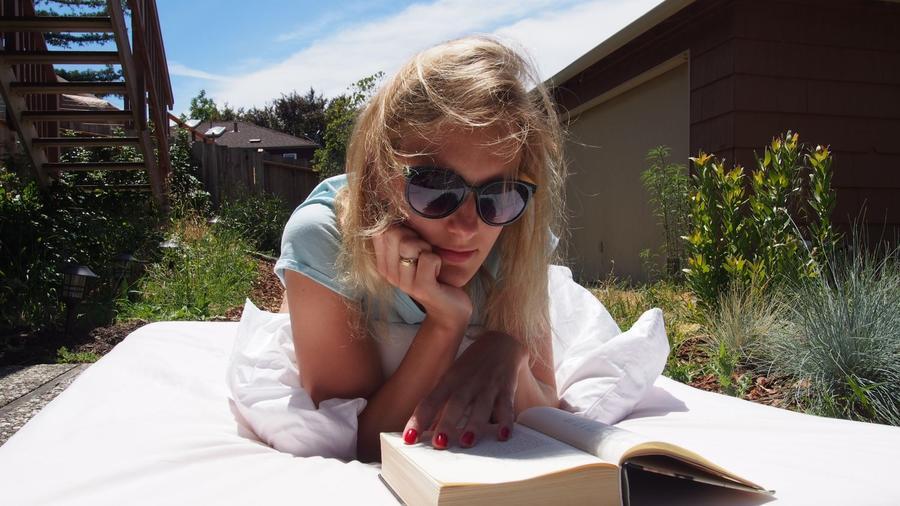 Læsende kvinde i sommermiljø