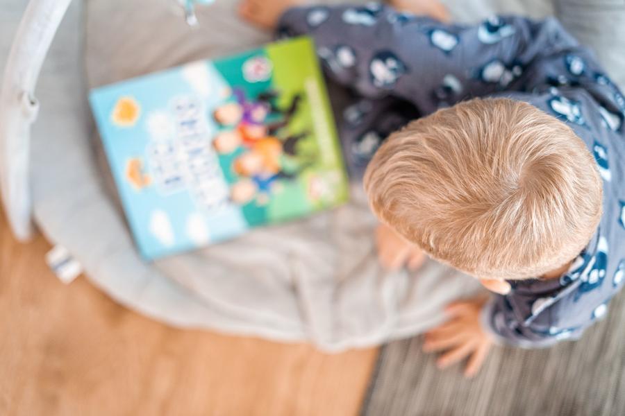 Foto af et barn ovenfra