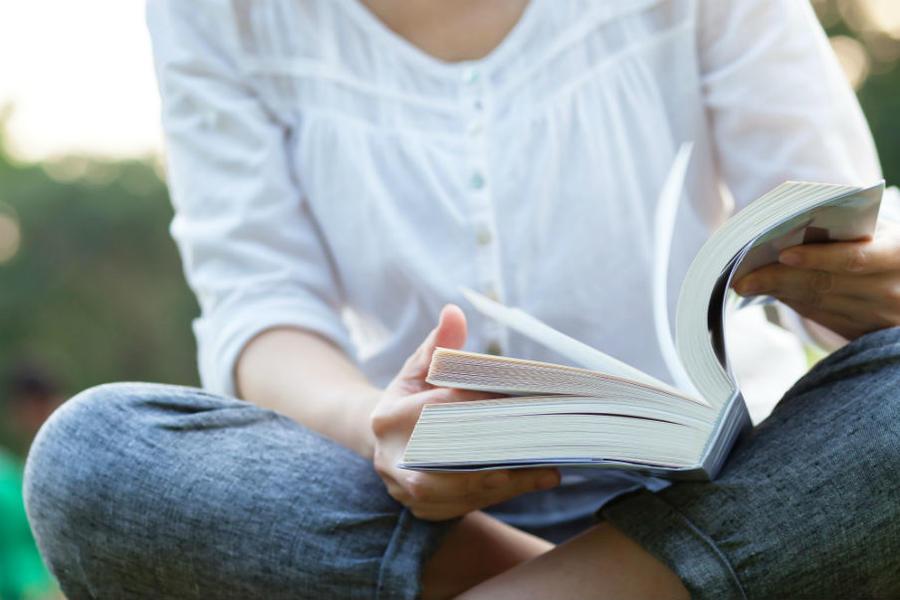 Hænder bladrer i en bog