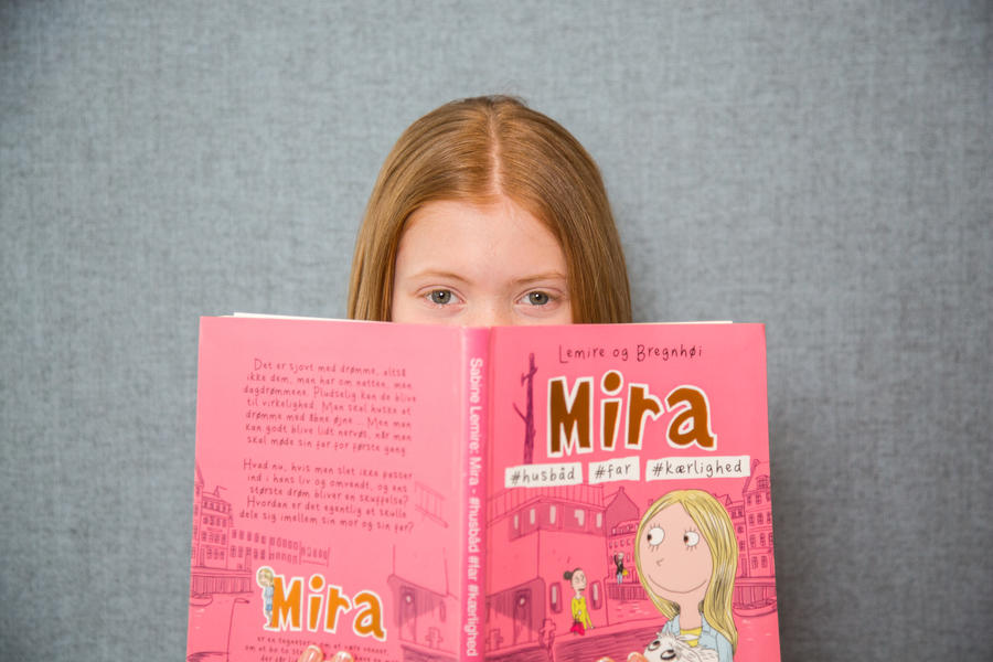 Billede af pige med en bog