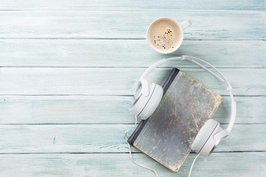 Høretelefoner omkring en bog