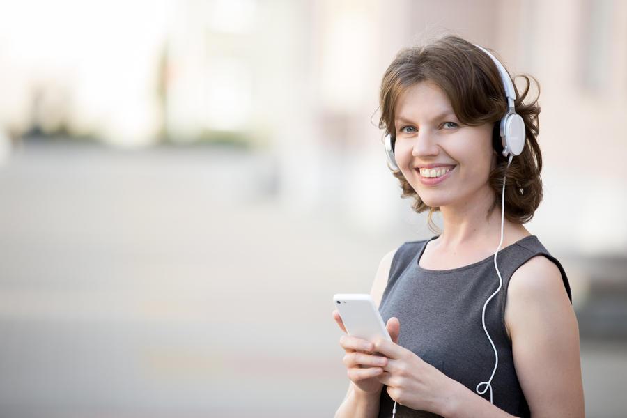 Kvinde der lytter til lydbog