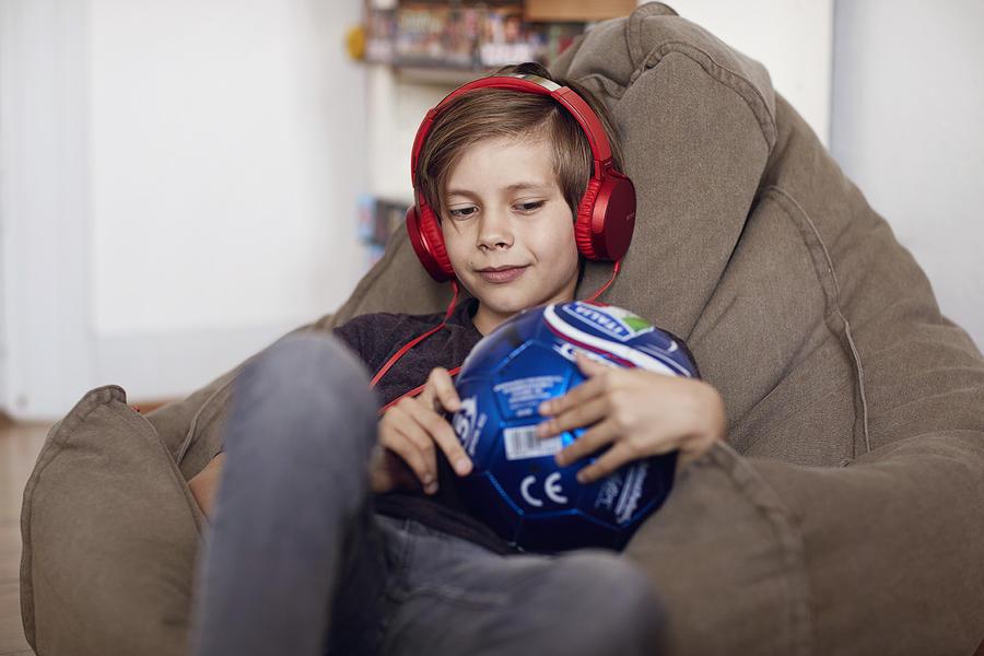 Dreng der lytter til en lydbog