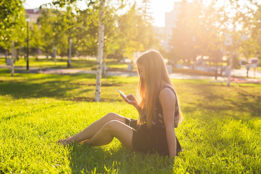 Kvinde der lytter til en lydbog