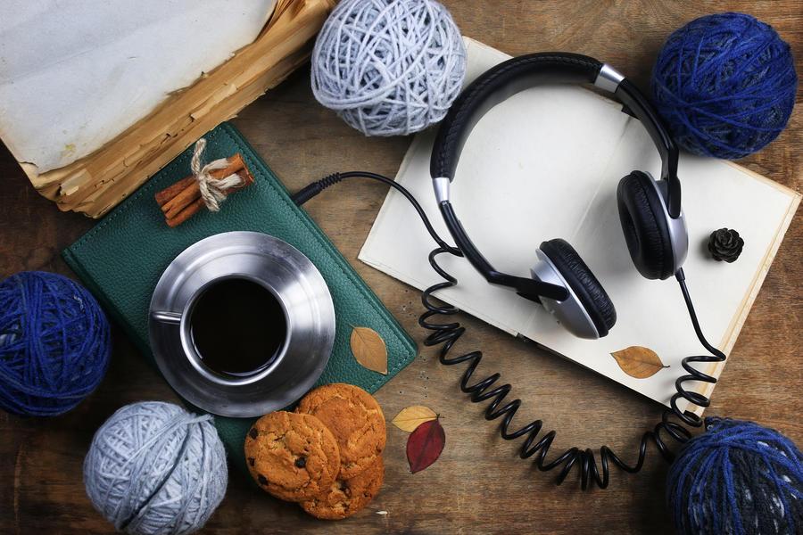 Tablet og høretelefoner på bord