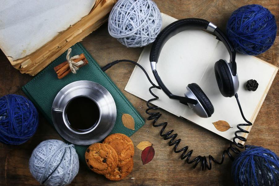 Bord med tablet og høretelefoner
