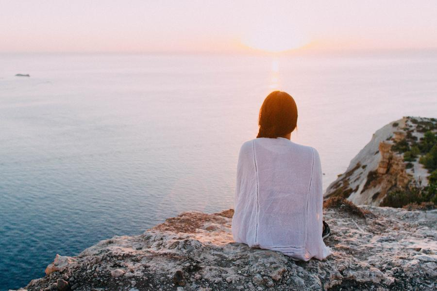 Kvinde ser ud over vandet