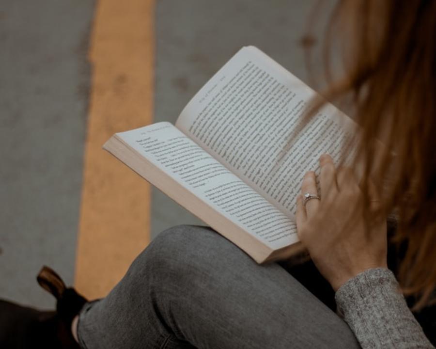 Kvinde der læser en bog