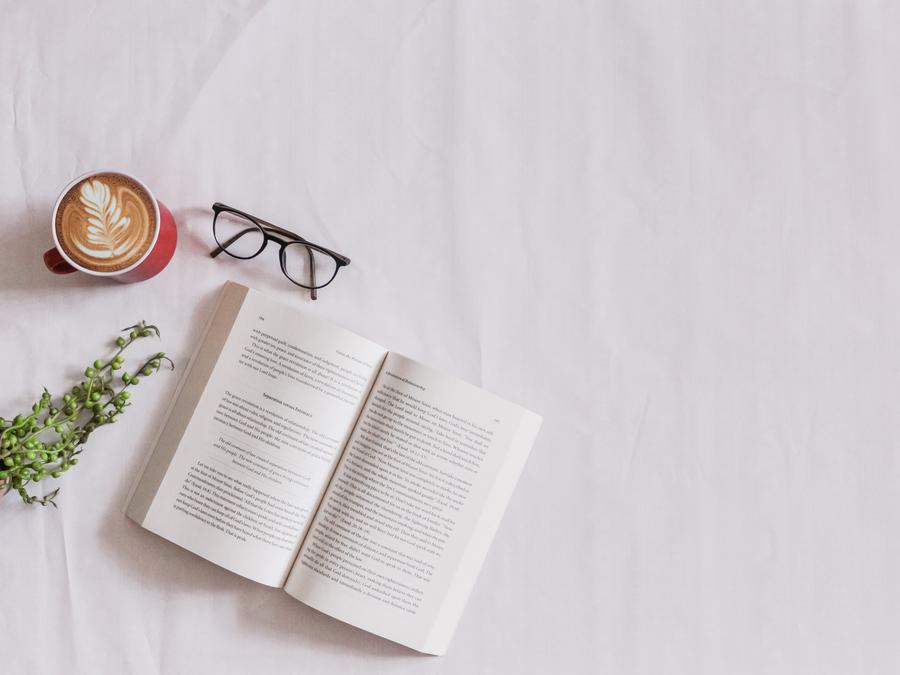 En bog på et bord