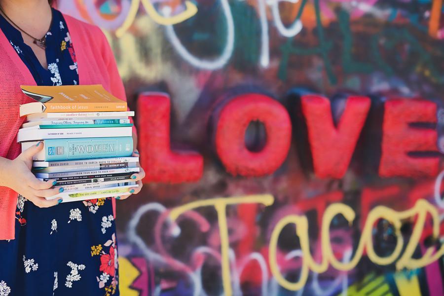 Kvinde med en stak bøger
