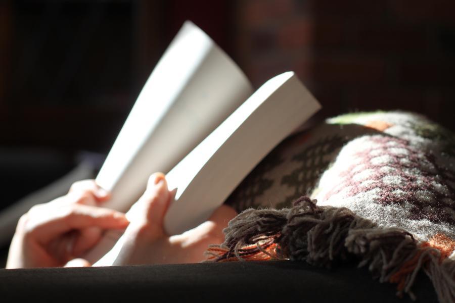 Hænder holder en bog
