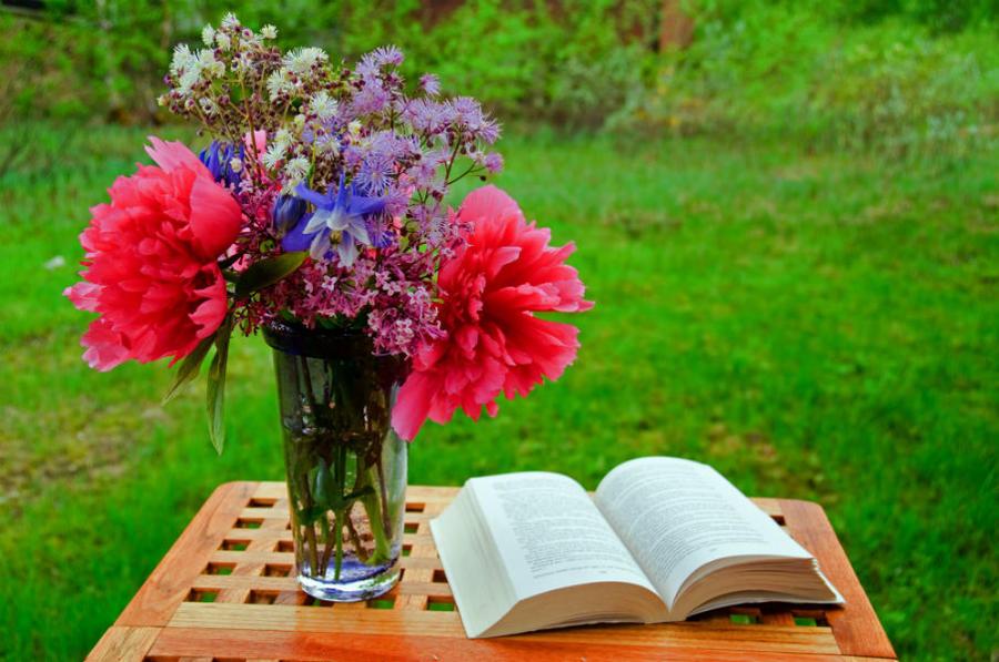 En bog og en buket på et bord