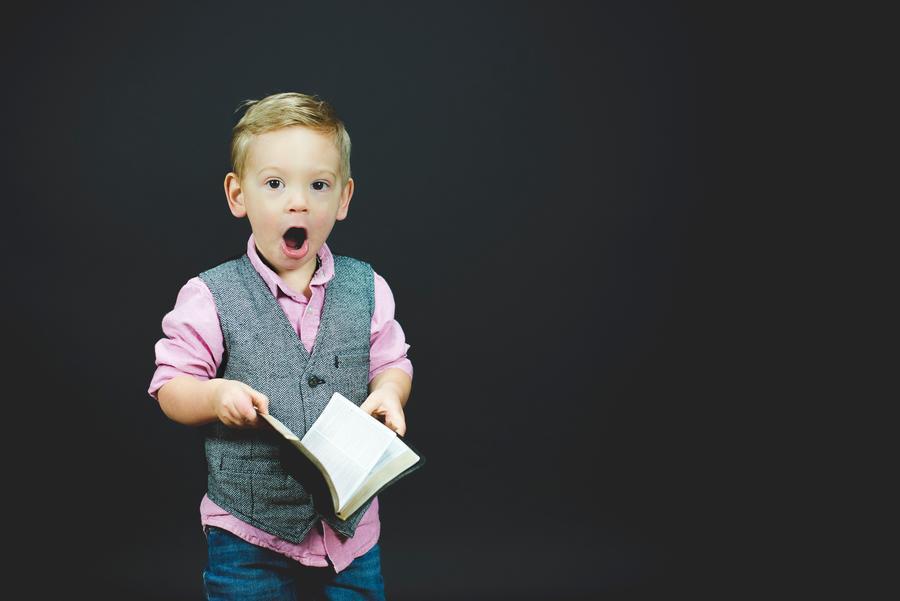 En glad dreng med en bog
