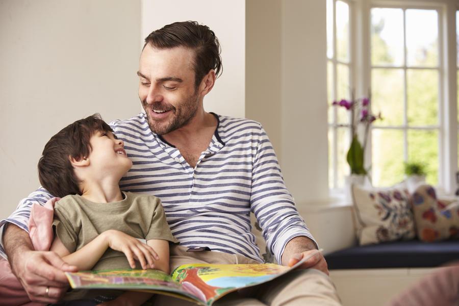 En far læser højt for sit barn