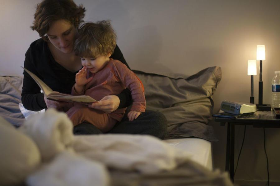 Mor og barn læser i en bog sammen